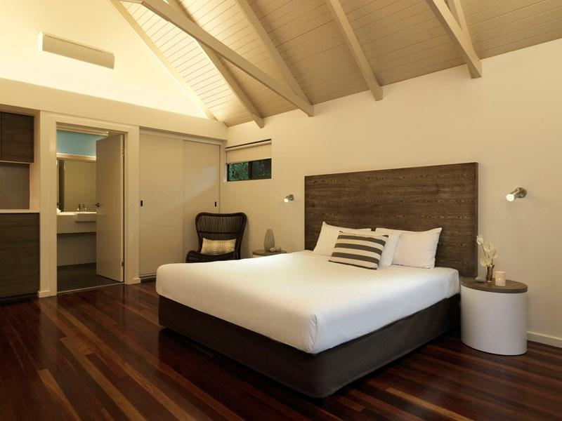 palm-bungalow-interior-bed